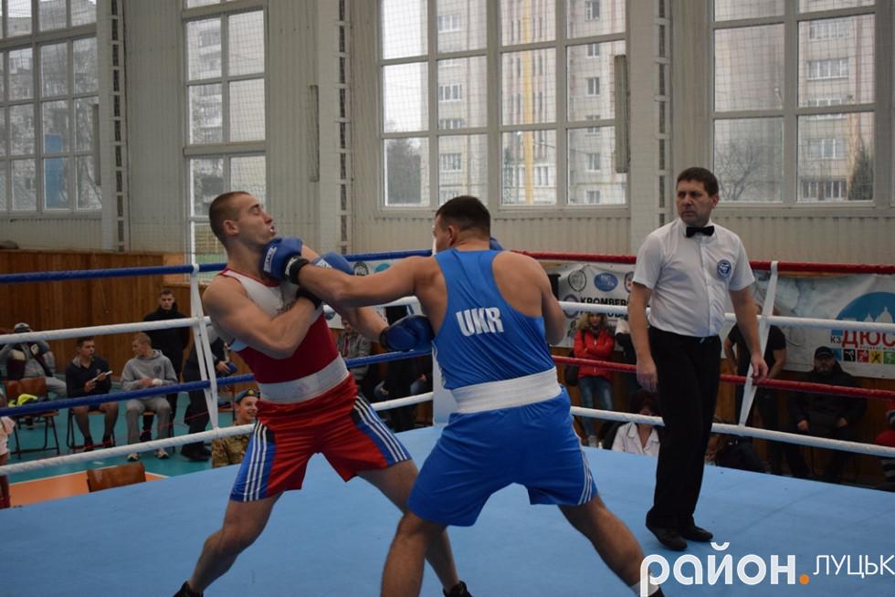 Волиняни Василь Рибачук пропускає потужні удари від львівського суперника. За декілька миттєвостей рефері зупинить бій на користь його львівського опонента