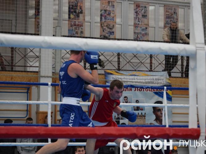 Волинянин Сергій Ройко (у червоному) сподобався глядачам, однак не підкорив симпатії суддів фінального поєдинку
