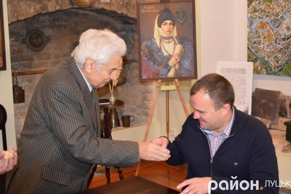 Андрій Бондарчук вручив депутату-благодійнику ексклюзивну монету