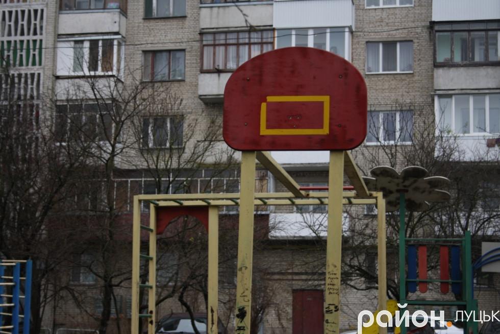 Тут було баскетбольне кільце