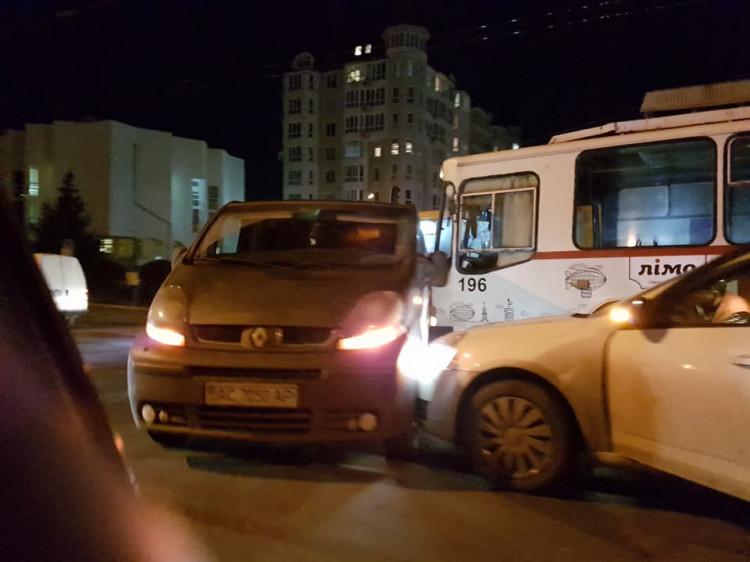 Поблизу Київського майдану «Рено Трафік» заблокував рух тролейбусу