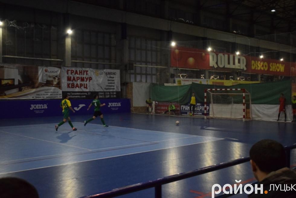 Богдан Гринчук з «Неріс-Авангарду» забиває свій третій гол у ворота суперників з «ТТІ Шахтаря»
