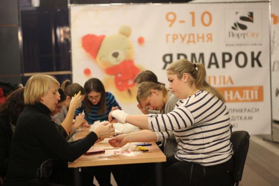 Три тижні волонтери шили іграшки з малюками та підлітками у дитячому розважальному центрі FigliMigli