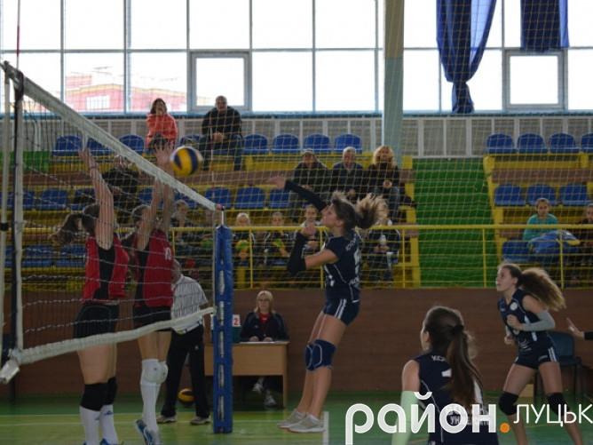 Луцькі волейболістки (справа) у грі проти команди  з Черкас