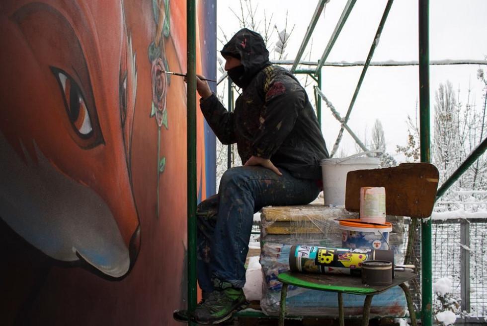 Андрій Присяжнюк створює малюнок на одній із луцьких стін