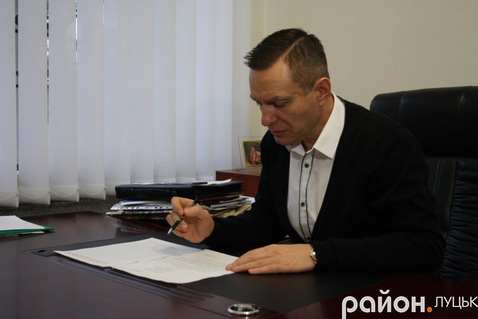 Дмитро Глазунов підписує клопотання до Президента України про збір підписів для того, щоб присвоїти звання Героя України Юрію Лелюкову