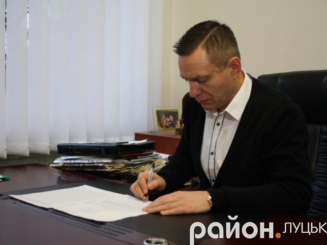 Дмитро Глазунов підписує клопотання до Президента України та оголошує про збір підписів для того, щоб присвоїти звання Героя України Юрію Лелюкову