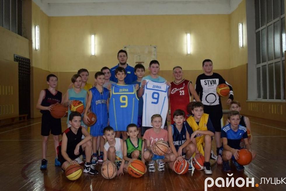 Гравець юнацьких збірних України з баскетболу та стрітболу подарував дітям омріяну форму національної команди
