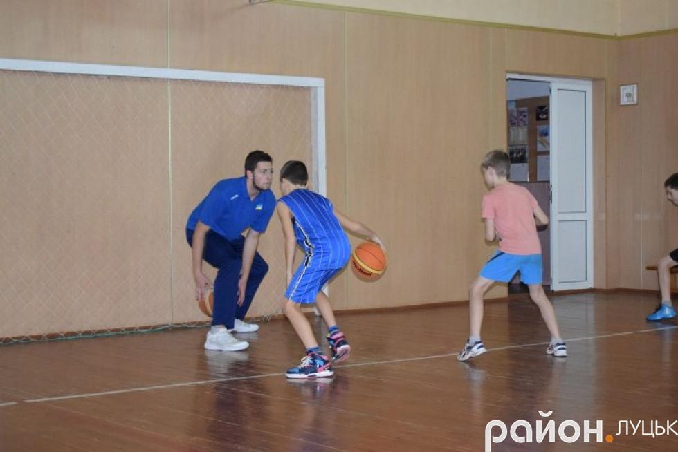 Діти уважно стежили за тим, як виконує вправи старший колега