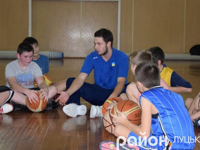 17-річний гравець Суперліги розповів дітям про початок своєї баскетбольної кар'єри