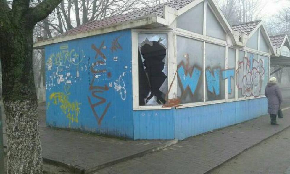 Занедбаний магазин на зупинці