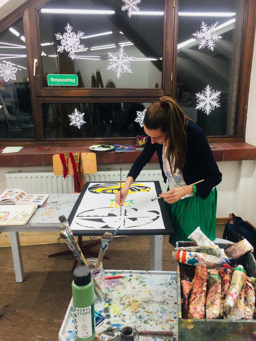 Юлія Марушко пише маслом картини в ательє вальдорфської школи Вандсбек
