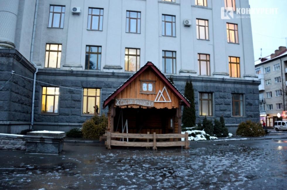 Різдвяна шопка біля головного корпусу СНУ