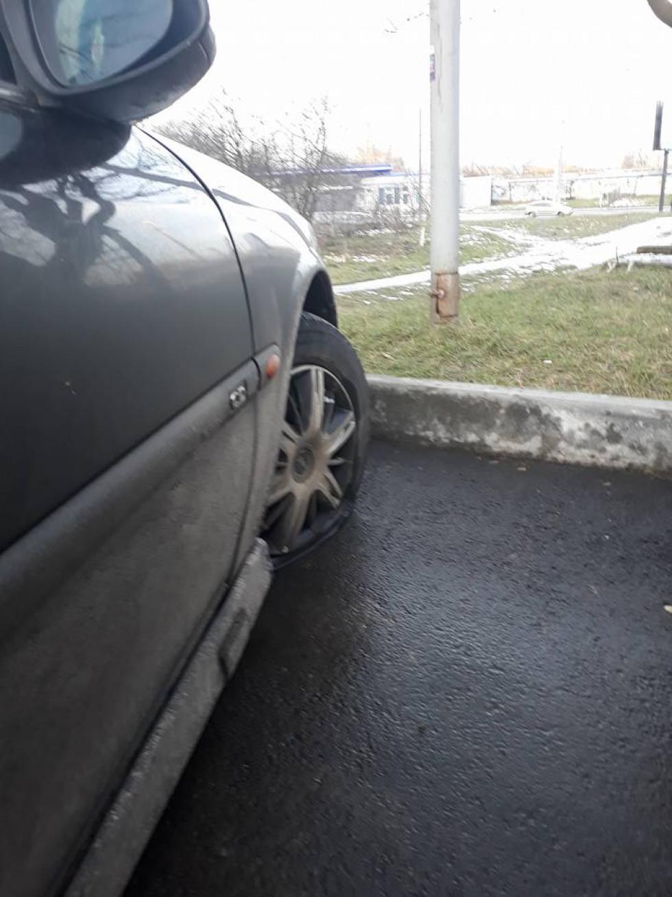 Кришечки акуратно поскладали біля колес