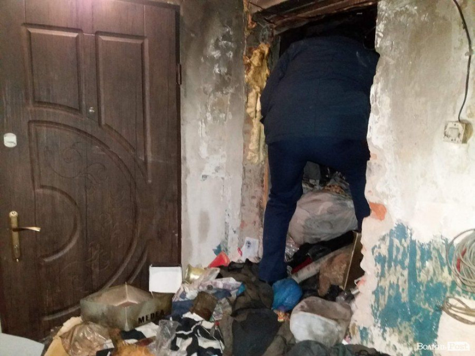 Щоб потрапити у квартиру, рятувальники болгаркою зробили отвір у стіні