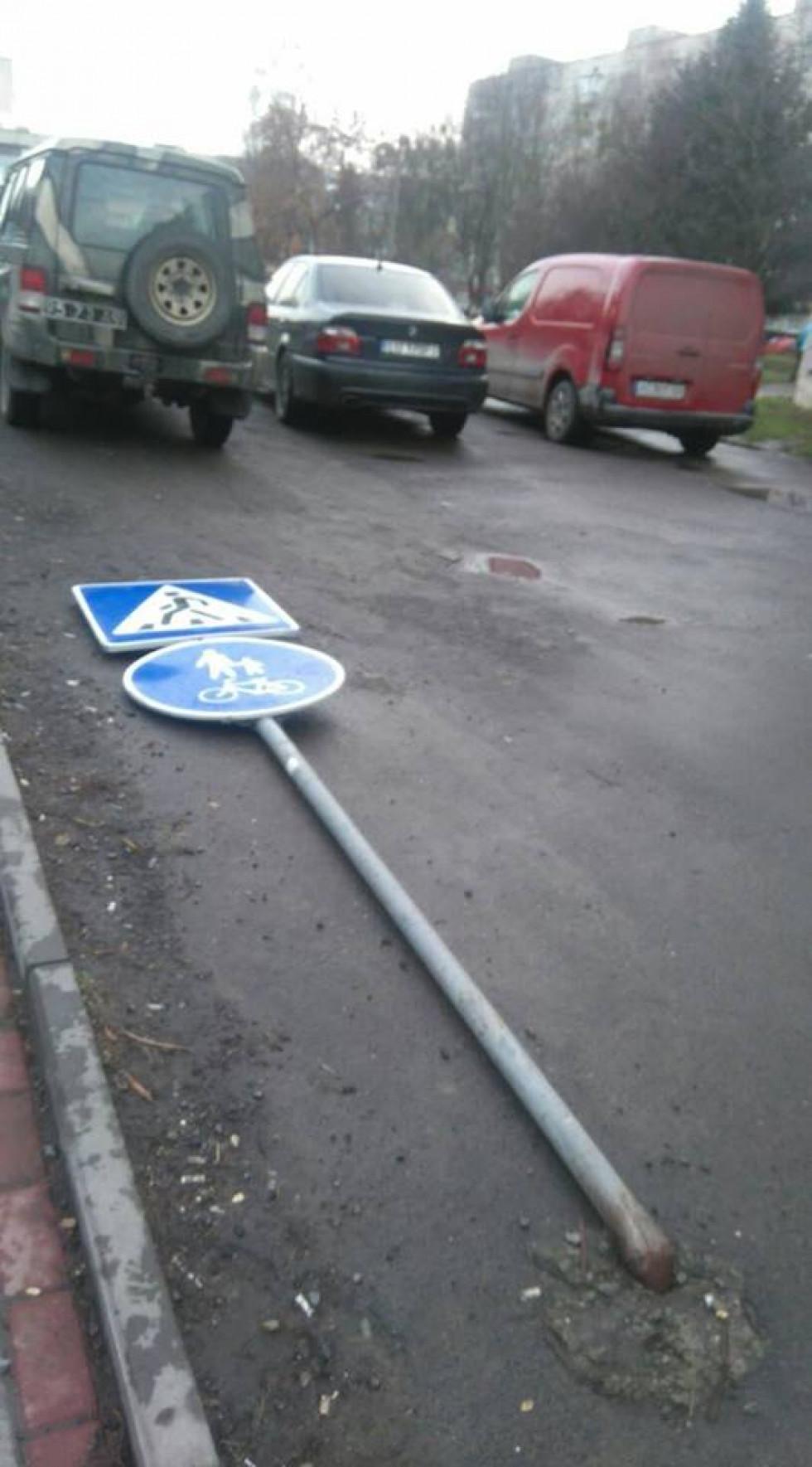 Спочатку знаки були трішки нахилені, а потім взагалі впали
