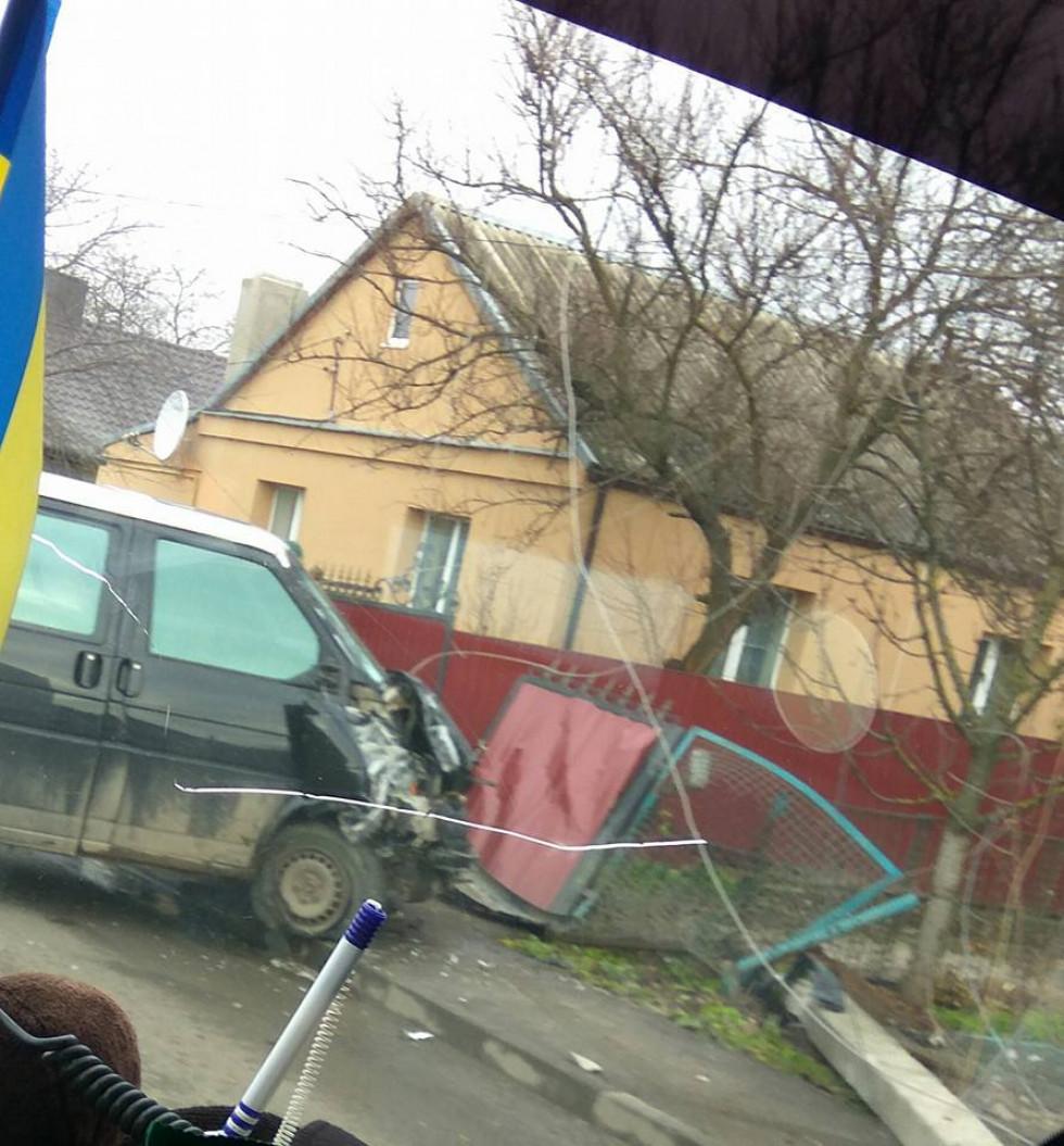 Клима Савура  жінка на бусі знесла стовпа і ворота - Район Луцьк ef9fb671aed80