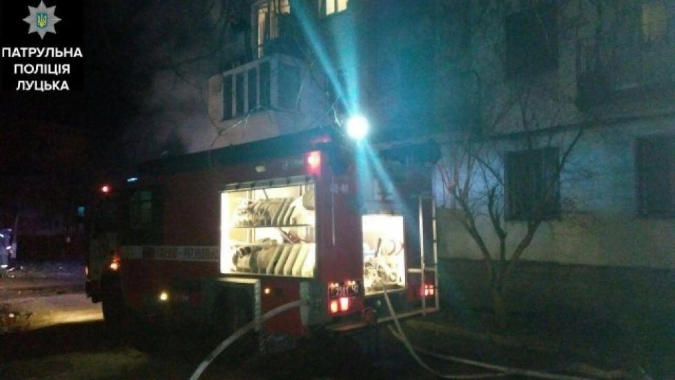 Квартиру від вогню рятували  два екіпажі пожарників