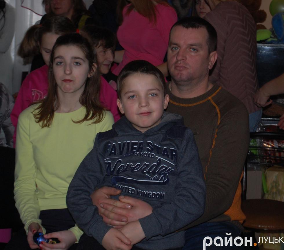 Діти з батьками на заході до Дня Миколая