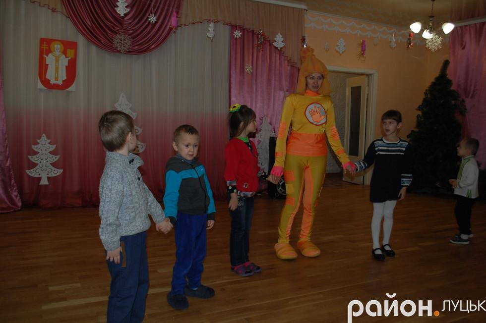 Свято розпочав фіксік Сімка, який провів із дітками цікаві танцювальні ігри
