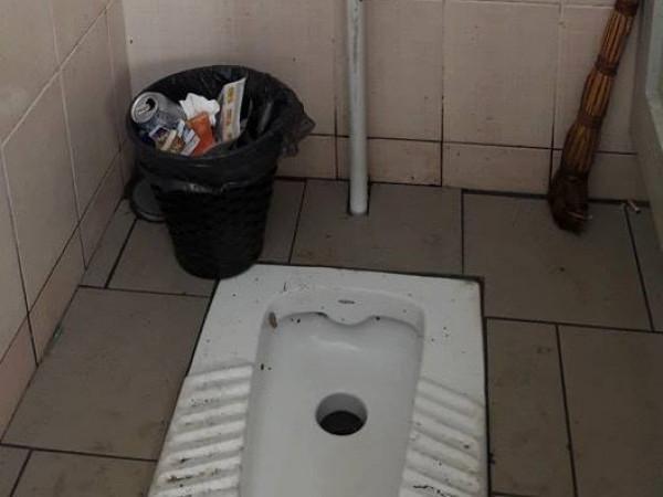 Туалет на залізничному вокзалі у поганому стані