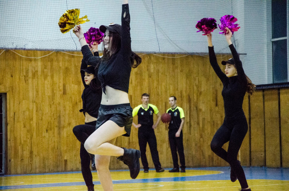 Дівчата танцювали, як могли, однак принести команді вдачу бодай на одну перемогу не зуміли...