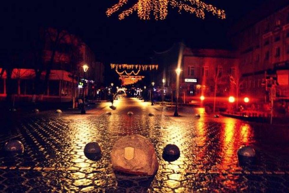 Вулиця Лесі Українки в миготливих відблисках ліхтарів