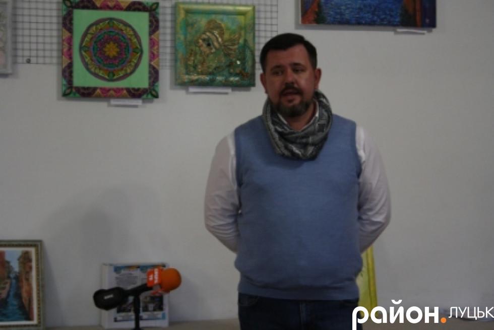 Голова правління ВОГО «Асоціації місцевого розвитку «Велес» Віктор Вальчук також підтримує вимушених переселенців
