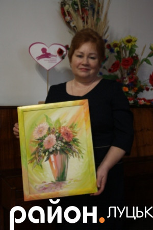 Директорка юнацької бібліотеки Алла Єфремова з подарунком
