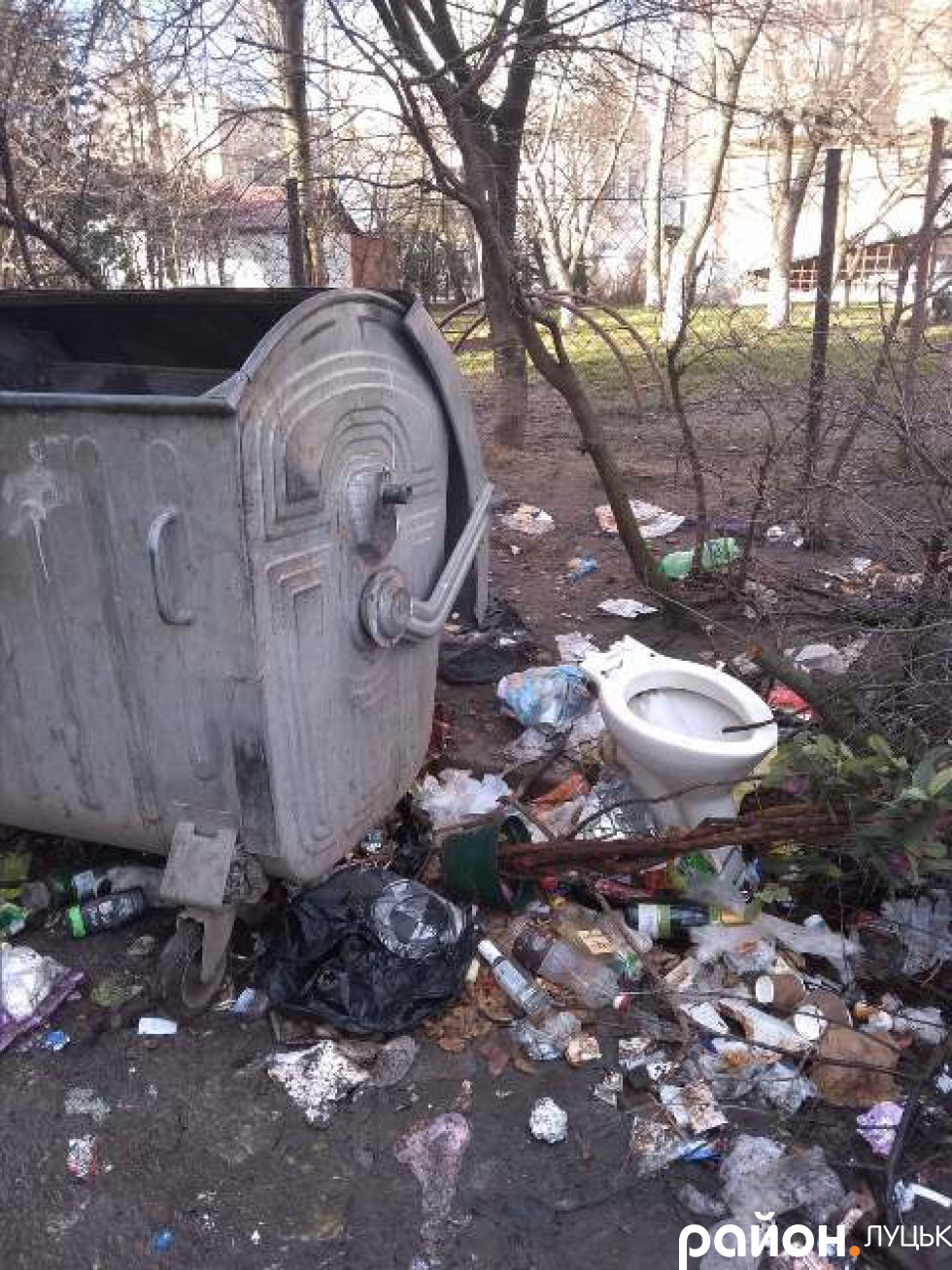 Те сміття, що в баку – забирають, а те, що збоку на землі – ні