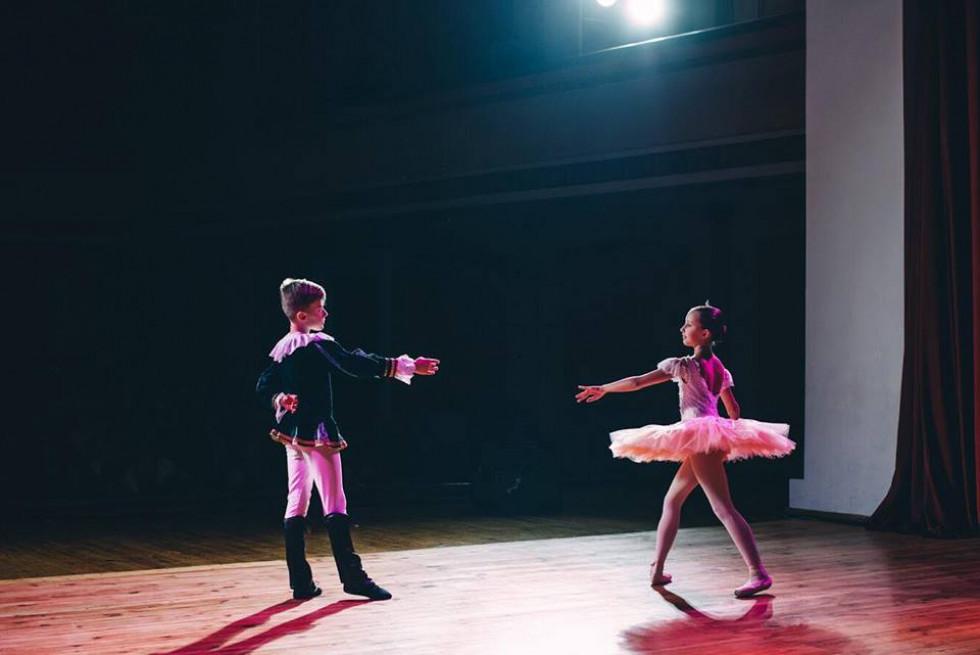 Хлопчик і дівчинка виконують граційні рухи