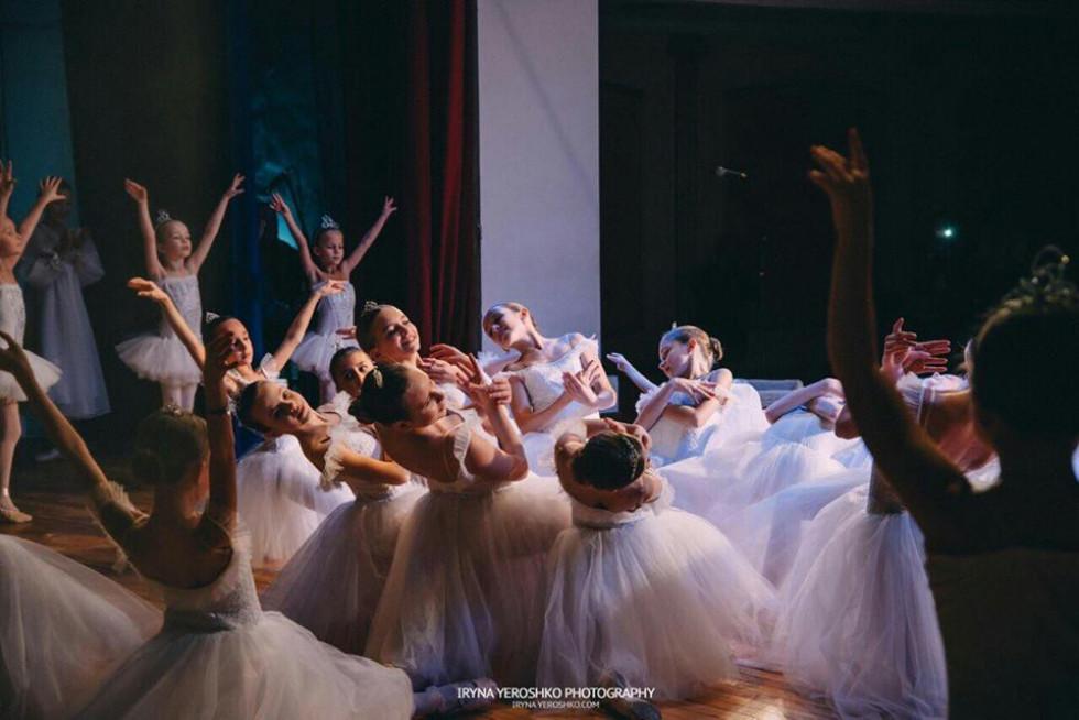 Балерини в білих сукнях