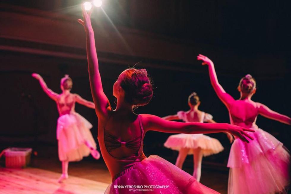 Балерини ніжно підіймають руки під час вистави