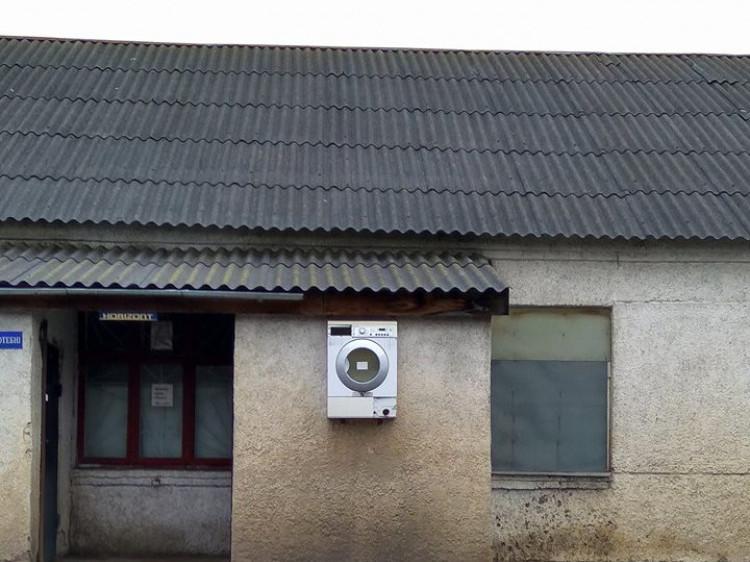 Пральна машинка у стіні будинку - чому б і ні?