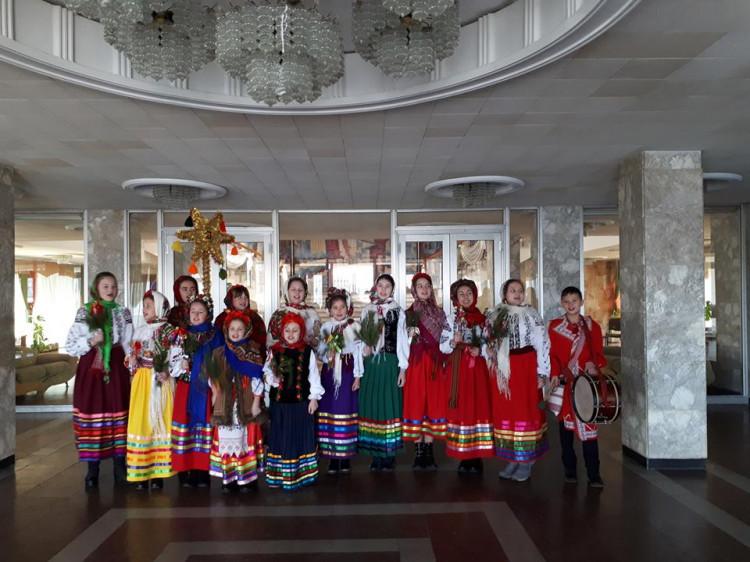 Алла Опейда разом з дитячим фольклорним гуртом «Вервечка»