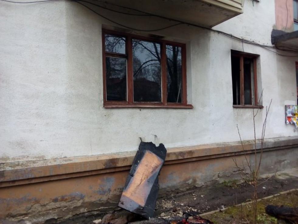 Комунальники вставили вікна у квартирі №1, які через кілька днів знову хтось розбив