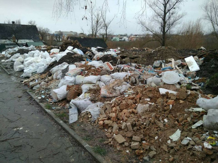 Муніципали встановили власника ділянки зі сміттям