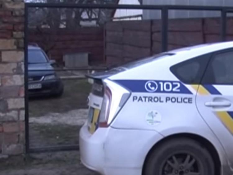 Поліцейські прикривали автівку своїм «Пріусом»