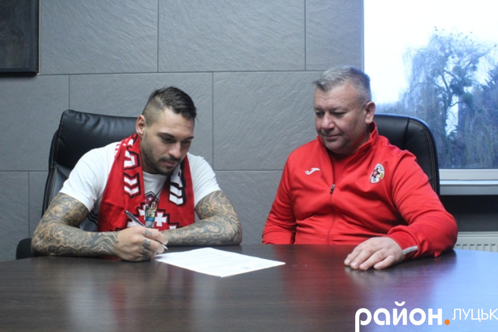 Андрій Яковлєв підписує контракт у присутності спортивного директора «Волині» Валентина Кошельника