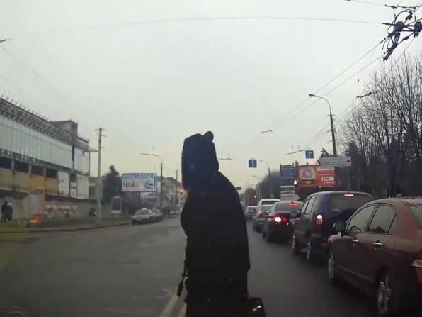 Жінка вискочила на дорогу