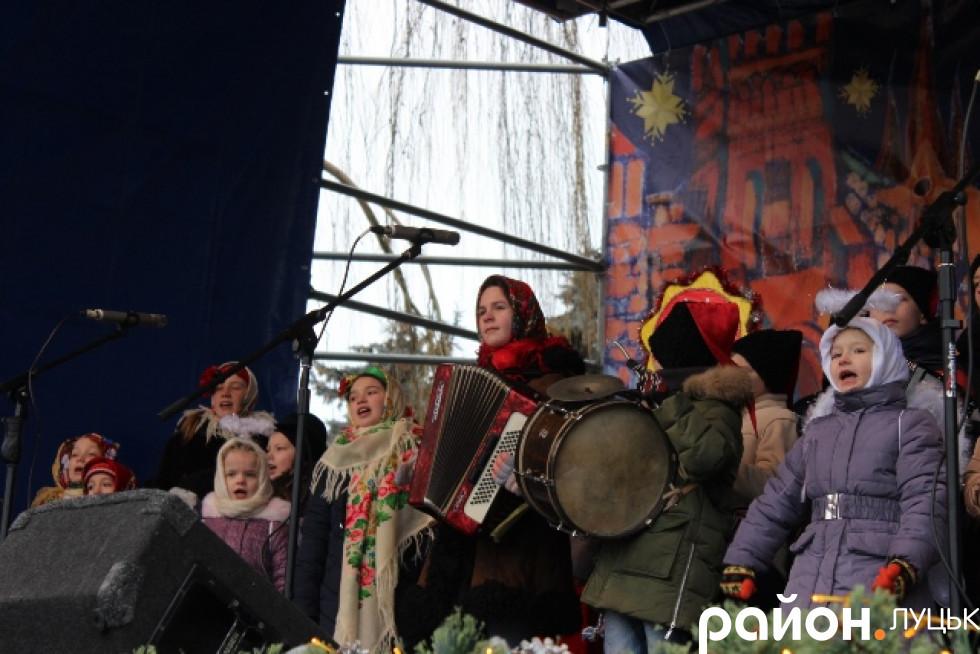 Учні луцьких шкіл колядували для гостей українською