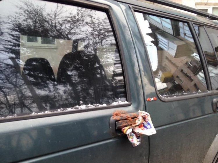 Забруднена фекаліями автівка