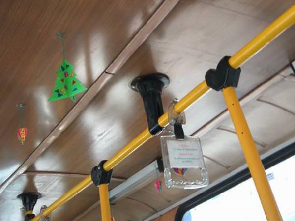Святковий настрій створили у тролейбусі