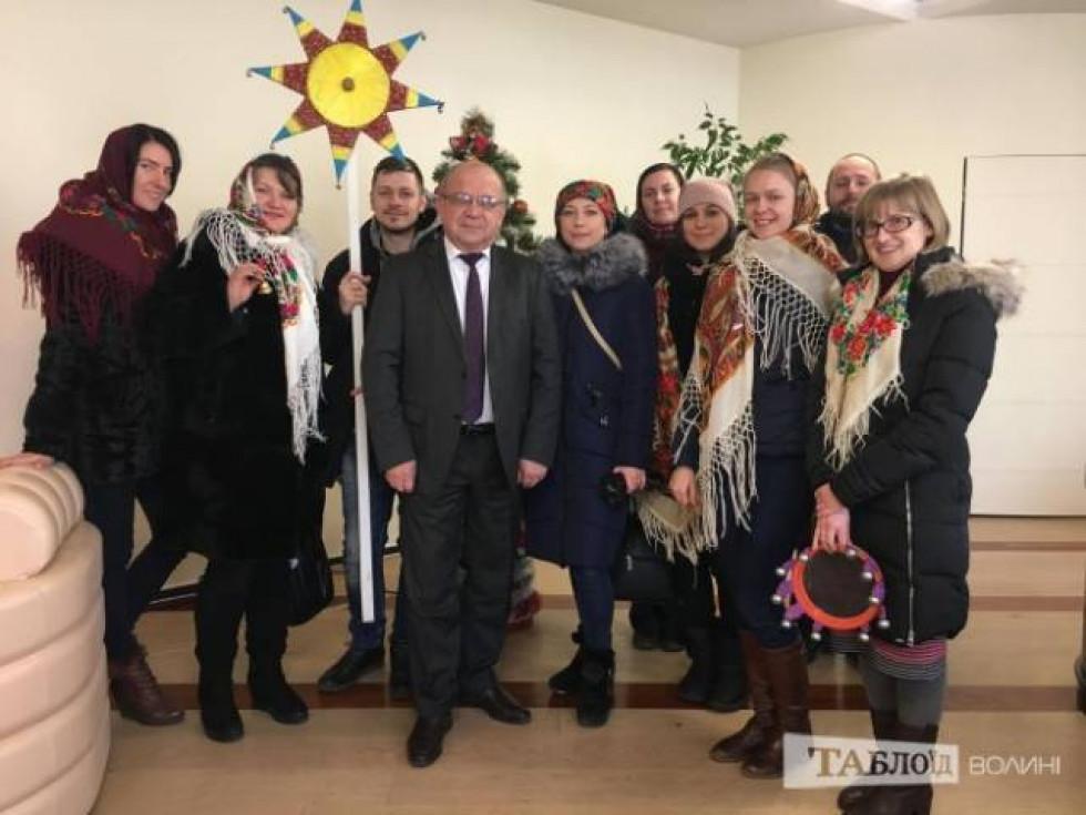 Колядники з головою Волинської ОДА Володимиром Гунчиком