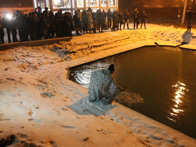 Під Луцьком вночі купалися у льодяній воді
