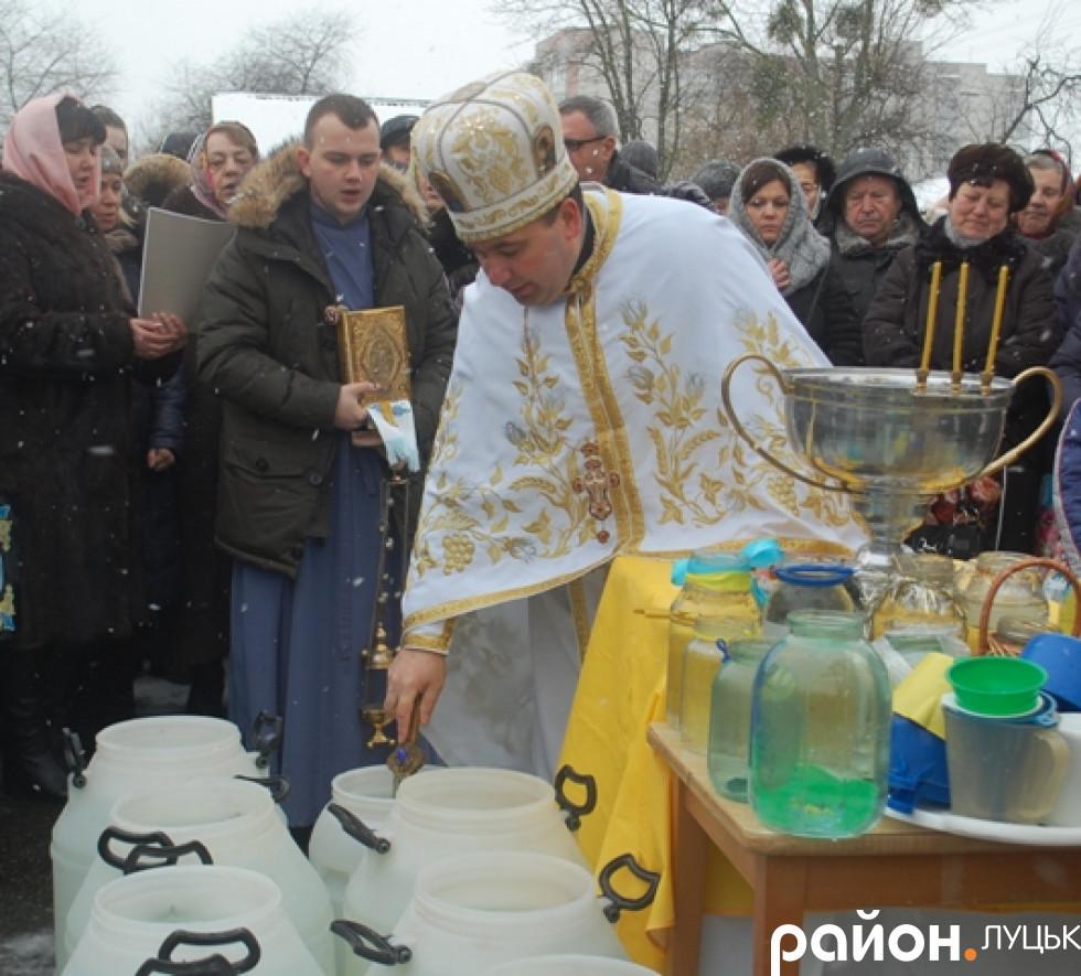 Священик отець Роман святить воду лучанам