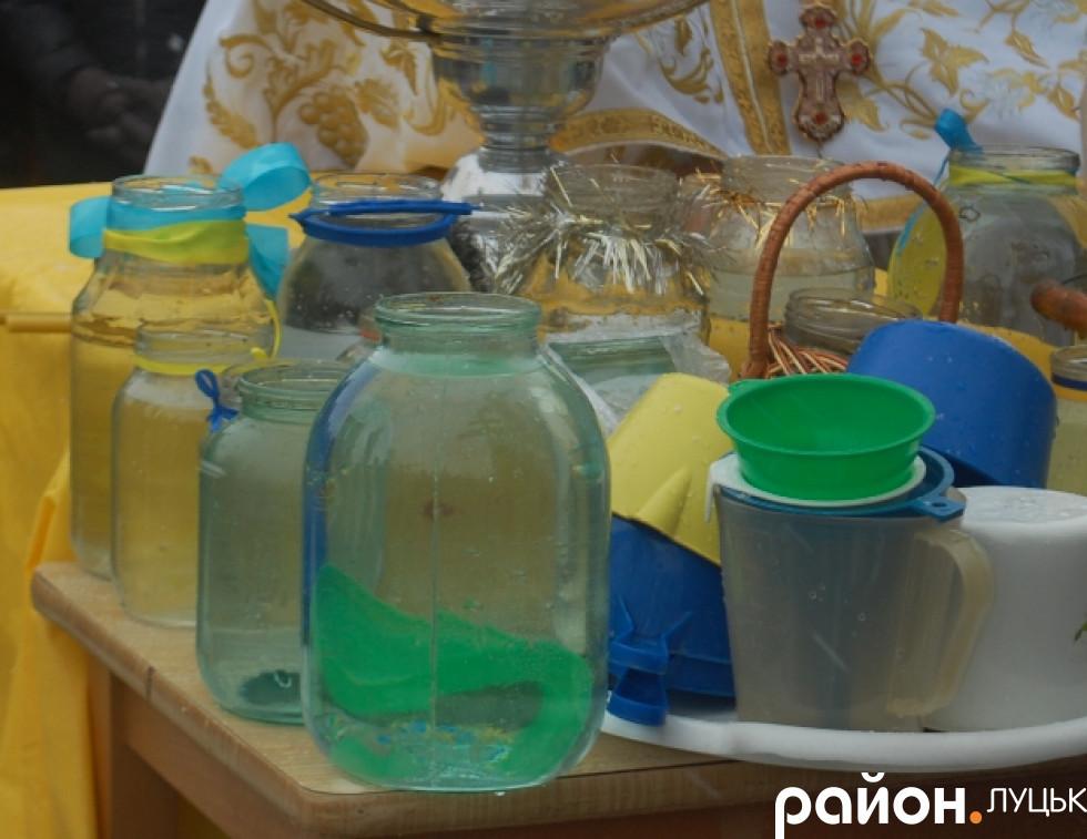 Вода, яку принесли парафіяни до храму