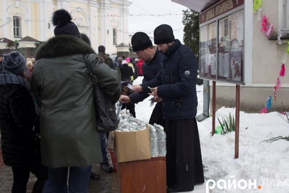 Освячену воду можна було придбати на території Собору