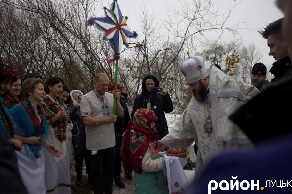 Біля річки Михаїла зустріли босі колядувальники з хлібом і сіллю