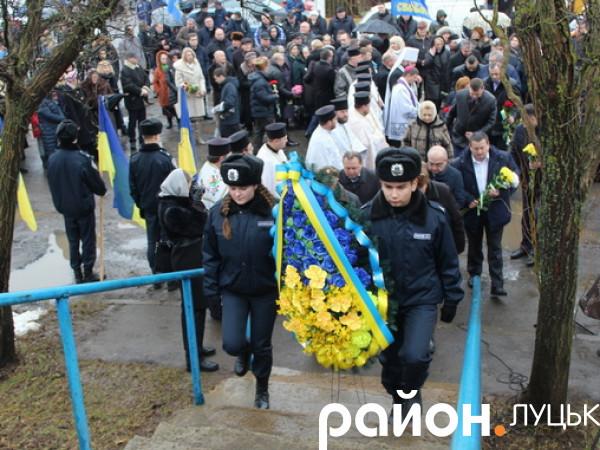Поклали квіти до пам'ятного знаку Героям Крут